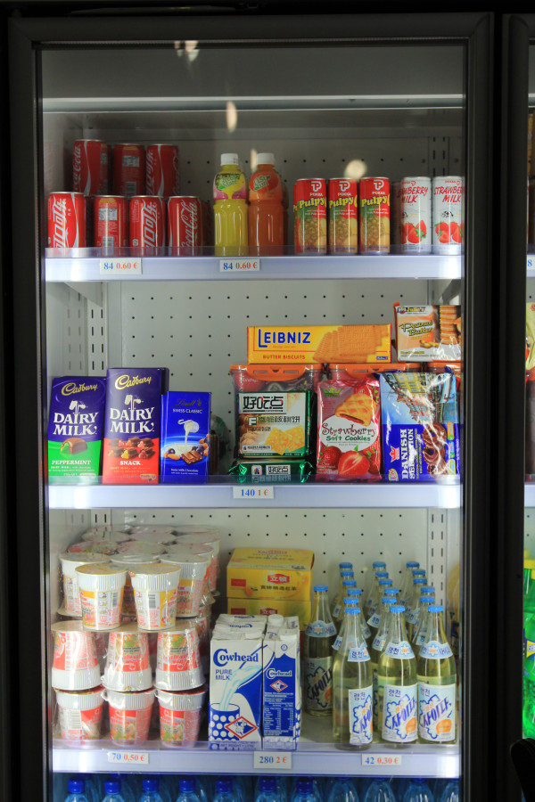 "Jean H. Lee ‏@newsjean ""Snacks for sale at #NKorean hotel outside AP picture of range of food available: ""Pyongyang where #Google delegation stayed this week."""