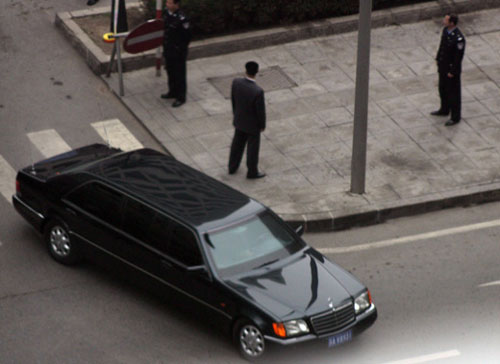 A Mercedes 600 used by North Korean leader Kim Jong-il in China(above).And (below) one in Russia. When Kim Jong Il traveled in Russia aboard his armored train, he moved under police escort to the downtown area in a bullet-proof Mercedes 600 sedan that had traveled aboard the armored train.