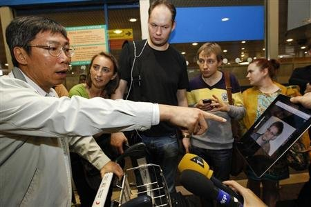 Reporters on the trail of Snowden at Moscow airport
