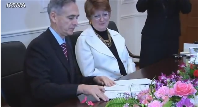 AP president Tom Curley with AP Executive Editor Kathleen Connell, signing agreement to open a news bureau in Pyongyang January 16, 2012 (Photo KCNA)